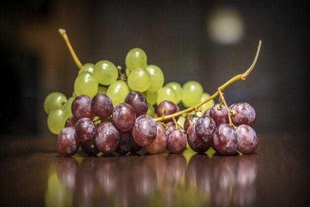 comer uva a noite faz mal